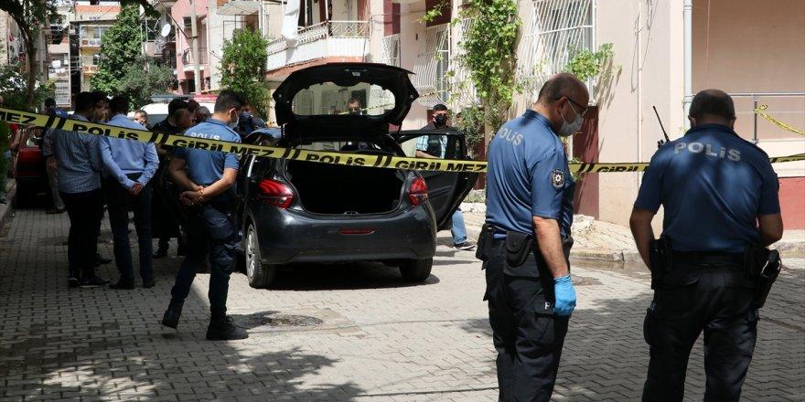 İzmir'de otomobilin içindeki iki kişi silahla yaralandı