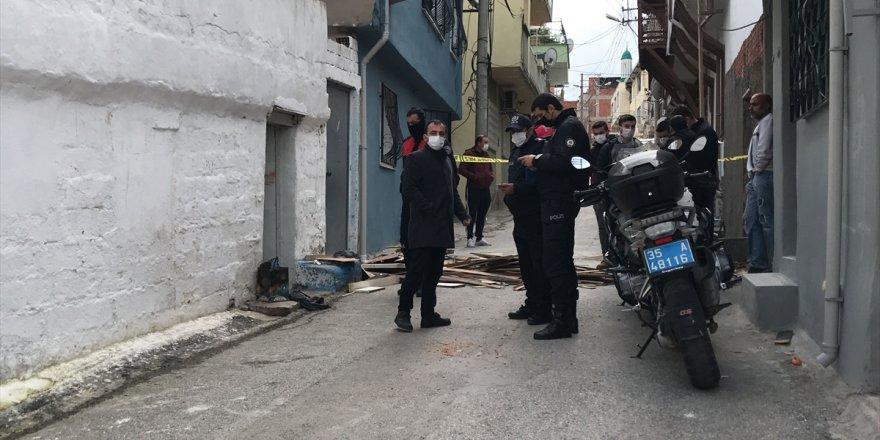 İzmir'de evinde bıçakla yaralanmış halde bulunan kadın, hastanede yaşamını yitirdi