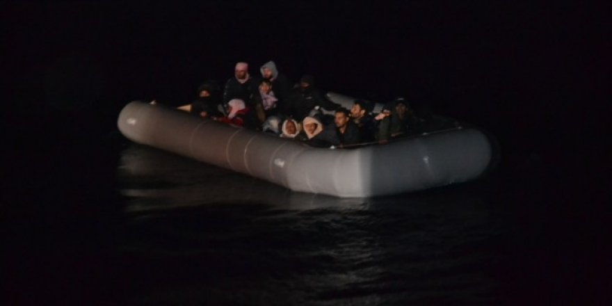 İzmir açıklarında sürüklenen lastik bottaki 41 sığınmacı kurtarıldı