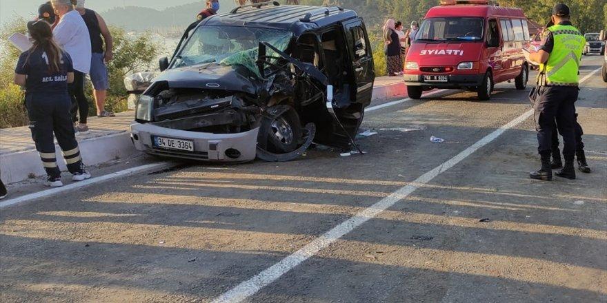 Muğla'da hafif ticari araç ve kepçe çarpıştı: 4 yaralı