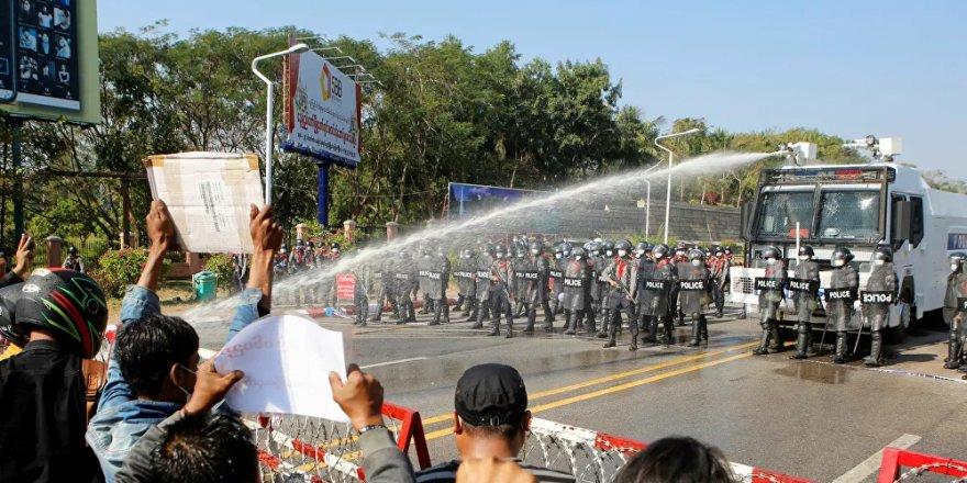 Myanmar'da protestolar, internet erişimi yasaklarına rağmen sürüyor
