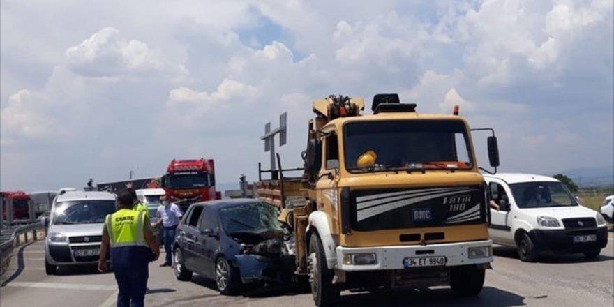 Manisa'da vince çarpan otomobil sürücüsü ağır yaralandı