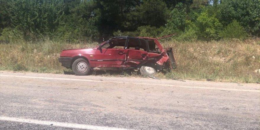 Manisa'da minibüs otomobile çarptı: 1 ölü, 1 yaralı