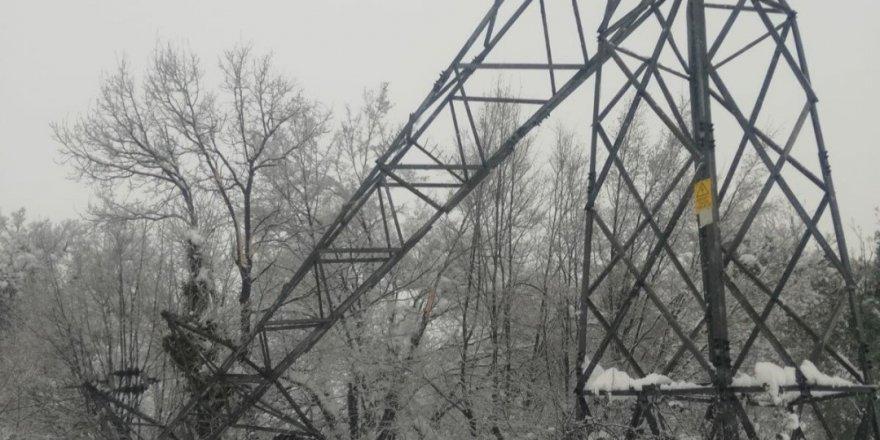 Elektrik direkleri devrildi, köylerde elektrik kesintileri yaşandı