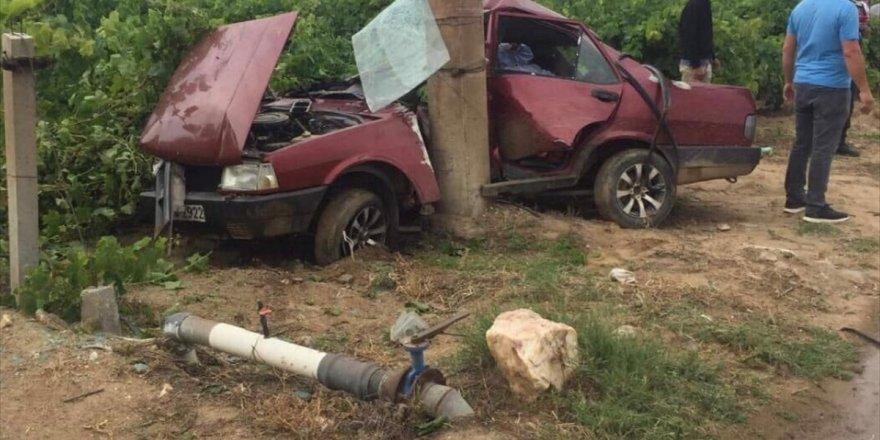 Manisa'da aydınlatma direğine çarpan otomobilin sürücüsü öldü