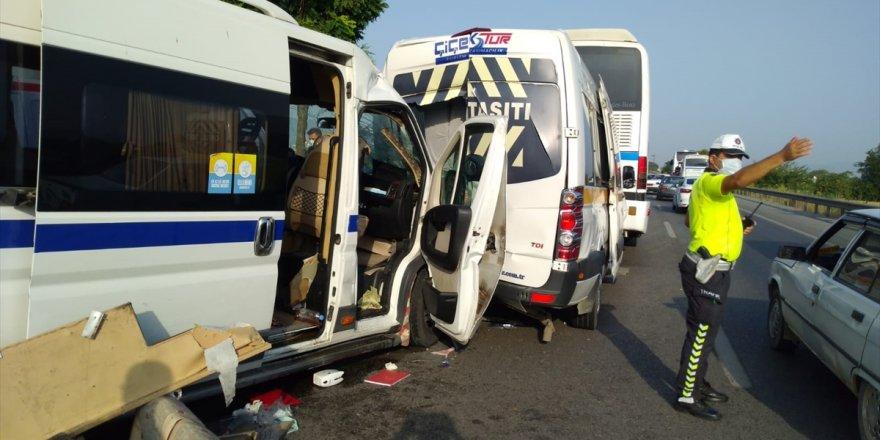 Manisa'da 5 aracın karıştığı zincirleme trafik kazasında 17 kişi yaralandı