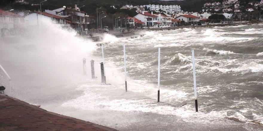 Urla sahillerini fırtına vurdu