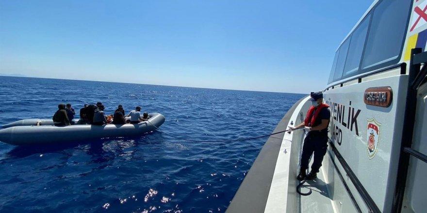 Marmaris açıklarında lastik bottaki 10 düzensiz göçmen kurtarıldı