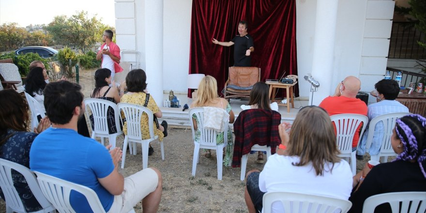 Tiyatrocu Metin Zakoğlu'nun Bodrum ilçesindeki evinin bahçesinde sahnelediği oyunlar ilgi görüyor