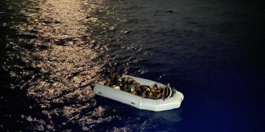 Muğla açıklarında lastik bottaki 16 düzensiz göçmen kurtarıldı