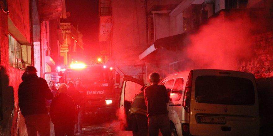 İzmir'de çıkan yangında 2 araç ve 1 iş yerinde hasar oluştu