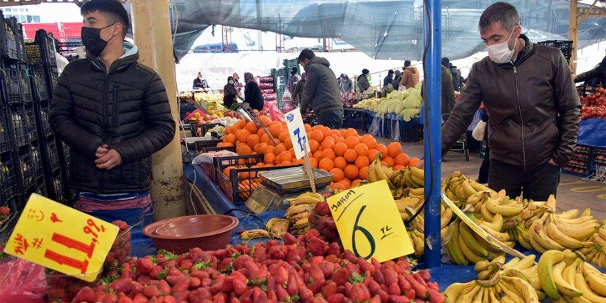 Aliağa pazarlarını kışlık sebze ve meyveler şenlendiriyor