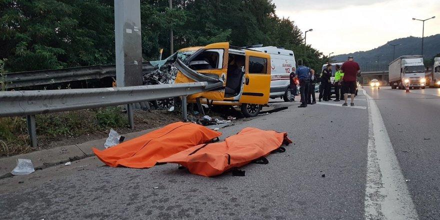 Ticari taksi bariyerlere ok gibi saplandı: 2 ölü, 5 yaralı