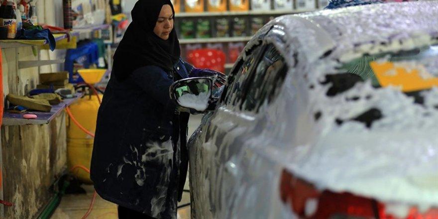 Irak'ta iki üniversite mezunu Um Rıza, Bağdat'ın ilk kadın oto tamircisi oldu