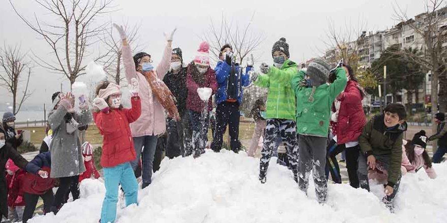 Karşıyakalı çocuklara deniz kenarında kar sürprizi
