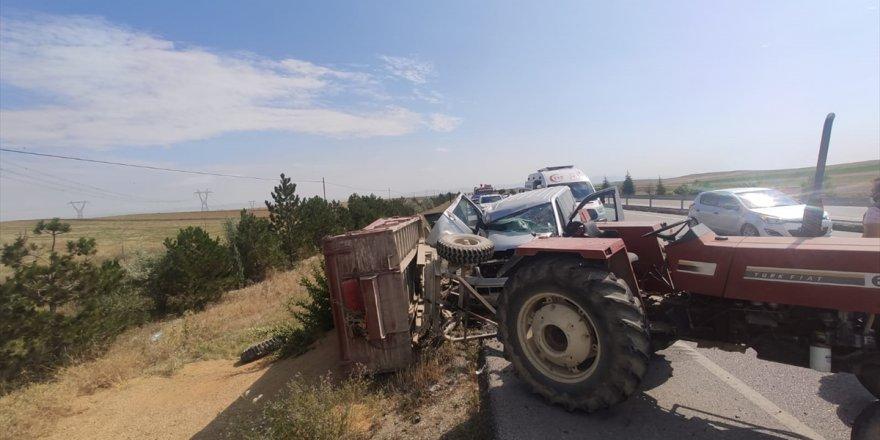 Afyonkarahisar'da minibüs traktörün römorkuna çarptı: 6 yaralı
