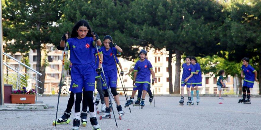 Kastamonulu kayakçılar asfaltta antrenman yapıyor
