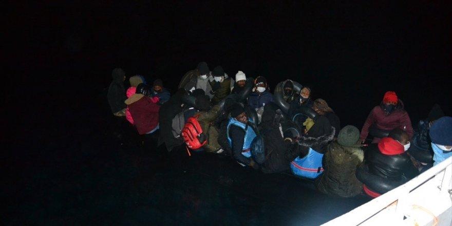 İzmir açıklarında Türk kara sularına itilen 36 sığınmacı kurtarıldı