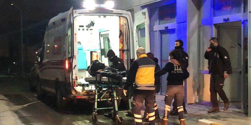 2 polis memuru, gürültü şikayetine gittikleri evde bıçaklanarak yaralandı