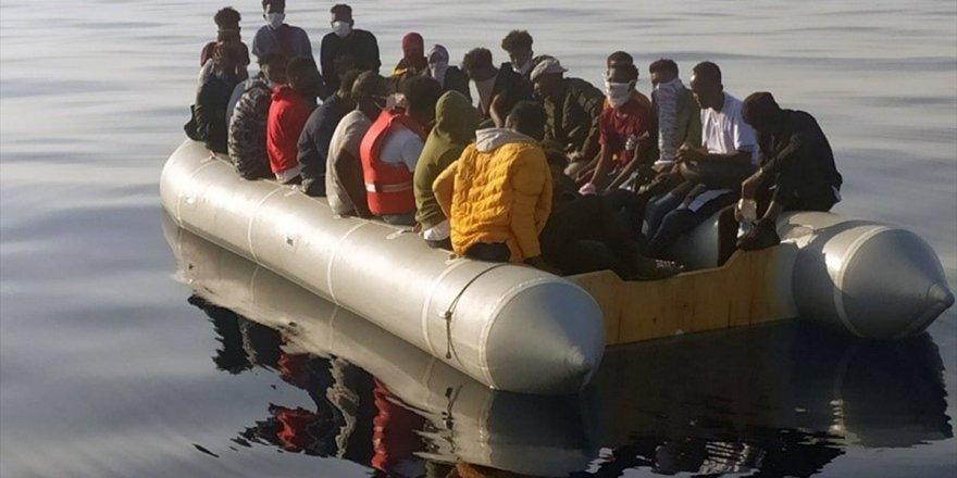 İzmir açıklarında Türk kara sularına itilen 61 sığınmacı kurtarıldı