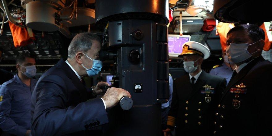 Milli Savunma Bakanı Hulusi Akar, TCG Gür denizaltısını ziyaret etti
