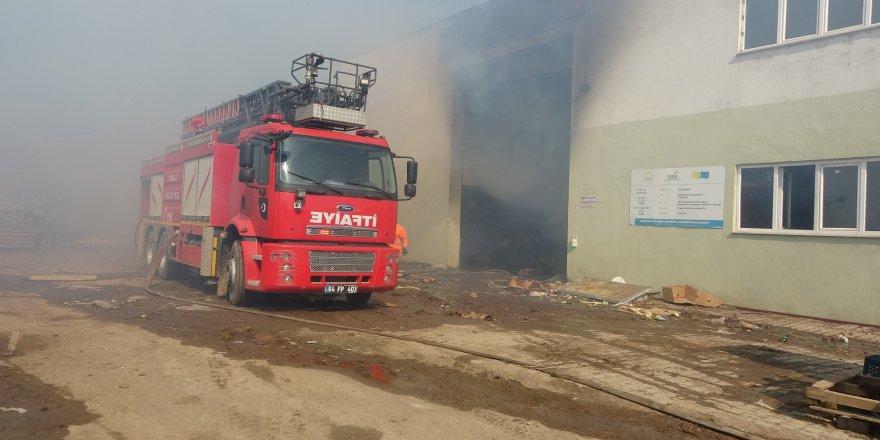 Atölyede çıkan yangında söndürme çalışmaları devam ediyor