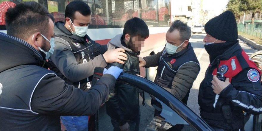 Sokağa çıkma uygulamasında taksi ile arkadaşlarına uyuşturucu götürürken yakalandı