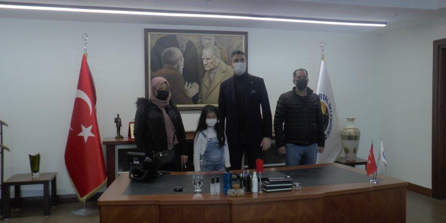 Çöken binadan kurtarılan 7 yaşındaki Azra, Başkan Gökhan Yüksel'i ziyaret etti
