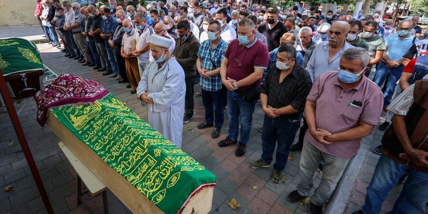 Uçakta geçirdiği rahatsızlık sonucu ölen kadının cenazesi, İzmir'de defnedildi