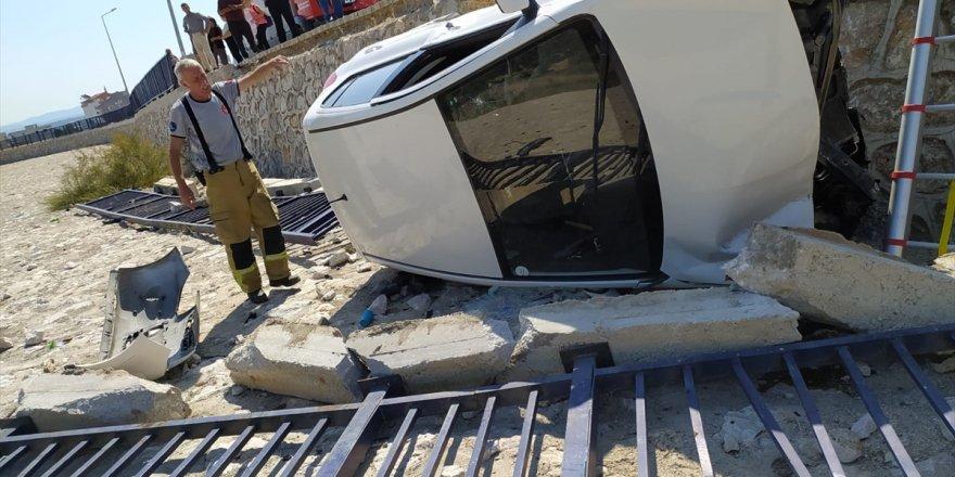 Bergama'da dere yatağına düşen otomobilin sürücüsü yaralandı