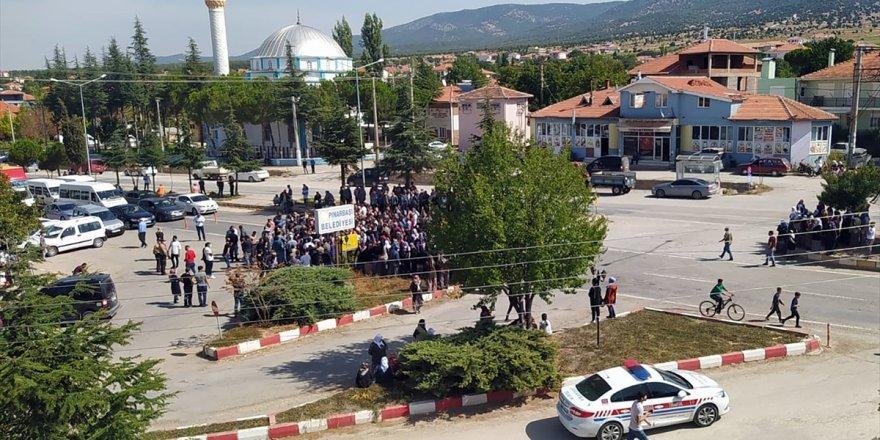 Uşak'ta 11 yaşındaki çocuğun öldüğü trafik kazasına tepki gösteren grup, yolu trafiğe kapattı