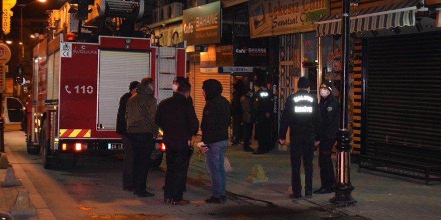 Silahlı rehin ihbarına giden polis, 20 kişiyi parti yaparken yakaladı