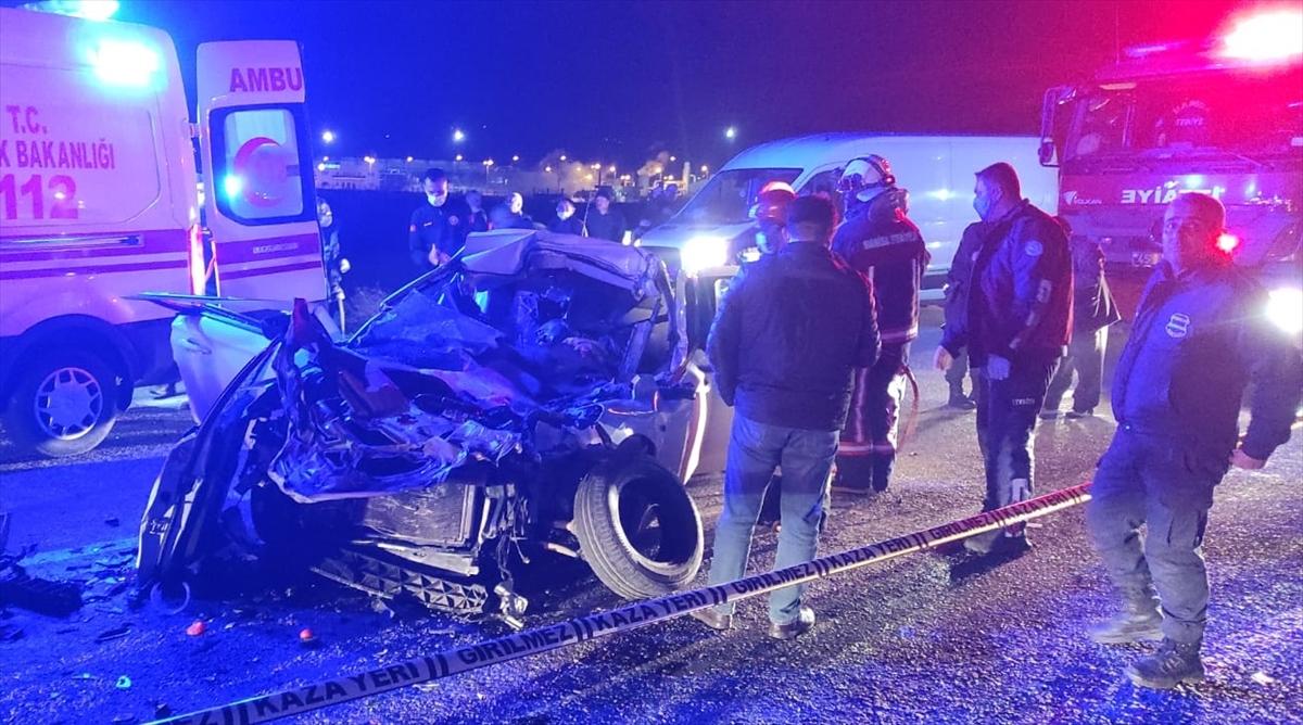 Manisa'da iş makinesine çarpan otomobildeki 2 kişi öldü, 2 kişi yaralandı