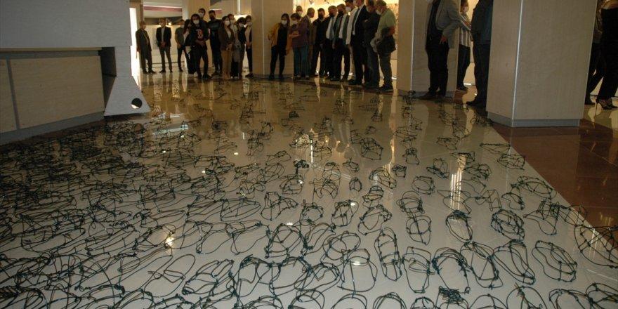 Sanatçı Ahmet Dilek'in dijital baskı ve enstalasyon sergisi Aydın'da açıldı