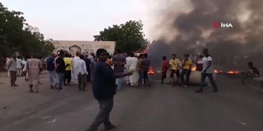 Sudan'da Başbakan ve bakanlar gözaltına alındı, halk sokaklara döküldü