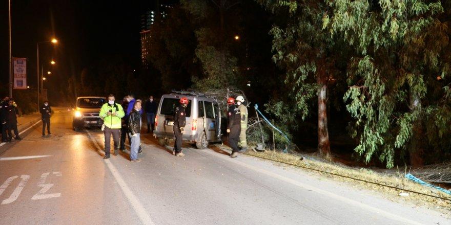 İzmir'de hafif ticari aracın ağaca çarpması sonucu 1 kişi öldü, 2 kişi yaralandı