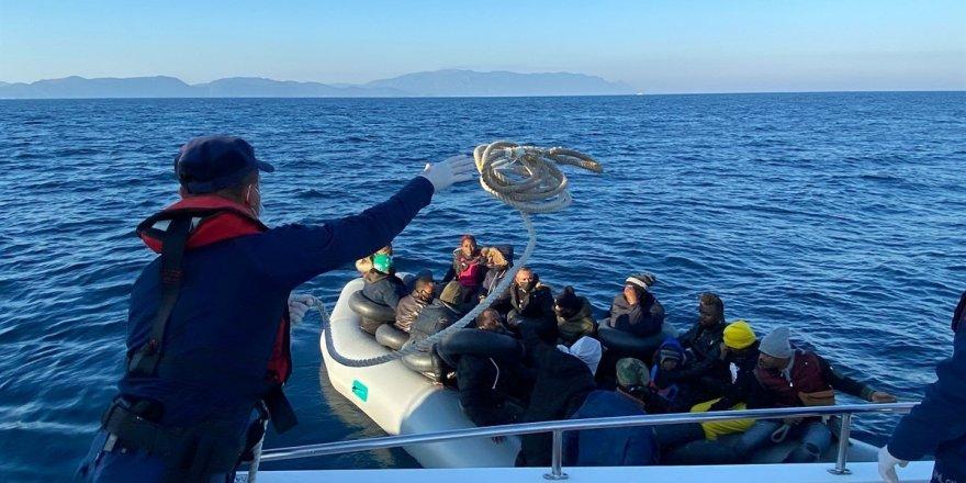 Ege Denizi'nde Türk kara sularına itilen lastik botlardaki 79 düzensiz göçmen kurtarıldı