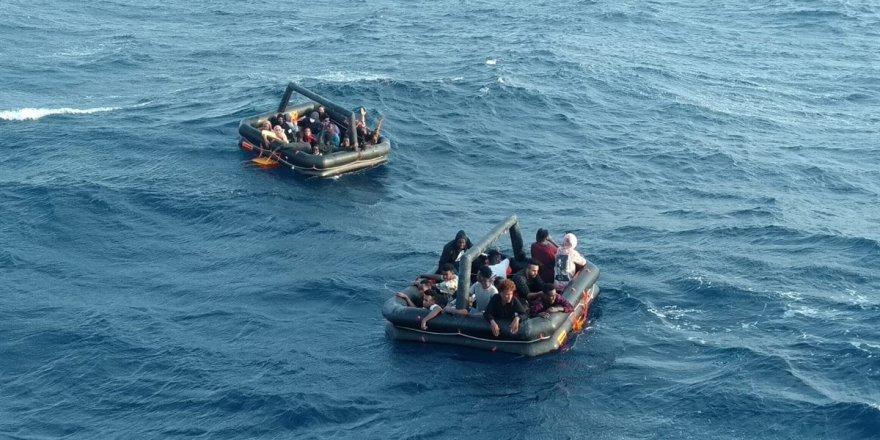 İzmir açıklarında Türk kara sularına geri itilen 55 düzensiz göçmen kurtarıldı