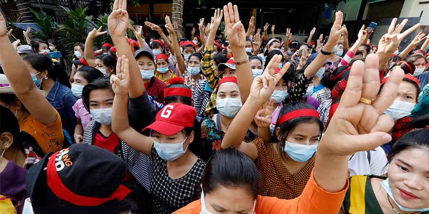 MYANMAR'IN EN BÜYÜK KENTİNDE HALK DARBEYE KARŞI SOKAKLARDA