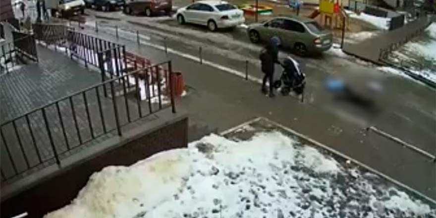 Rusya'da balkondan bakan kişi 5 aylık bebeğin üzerine düştü: 2 ölü