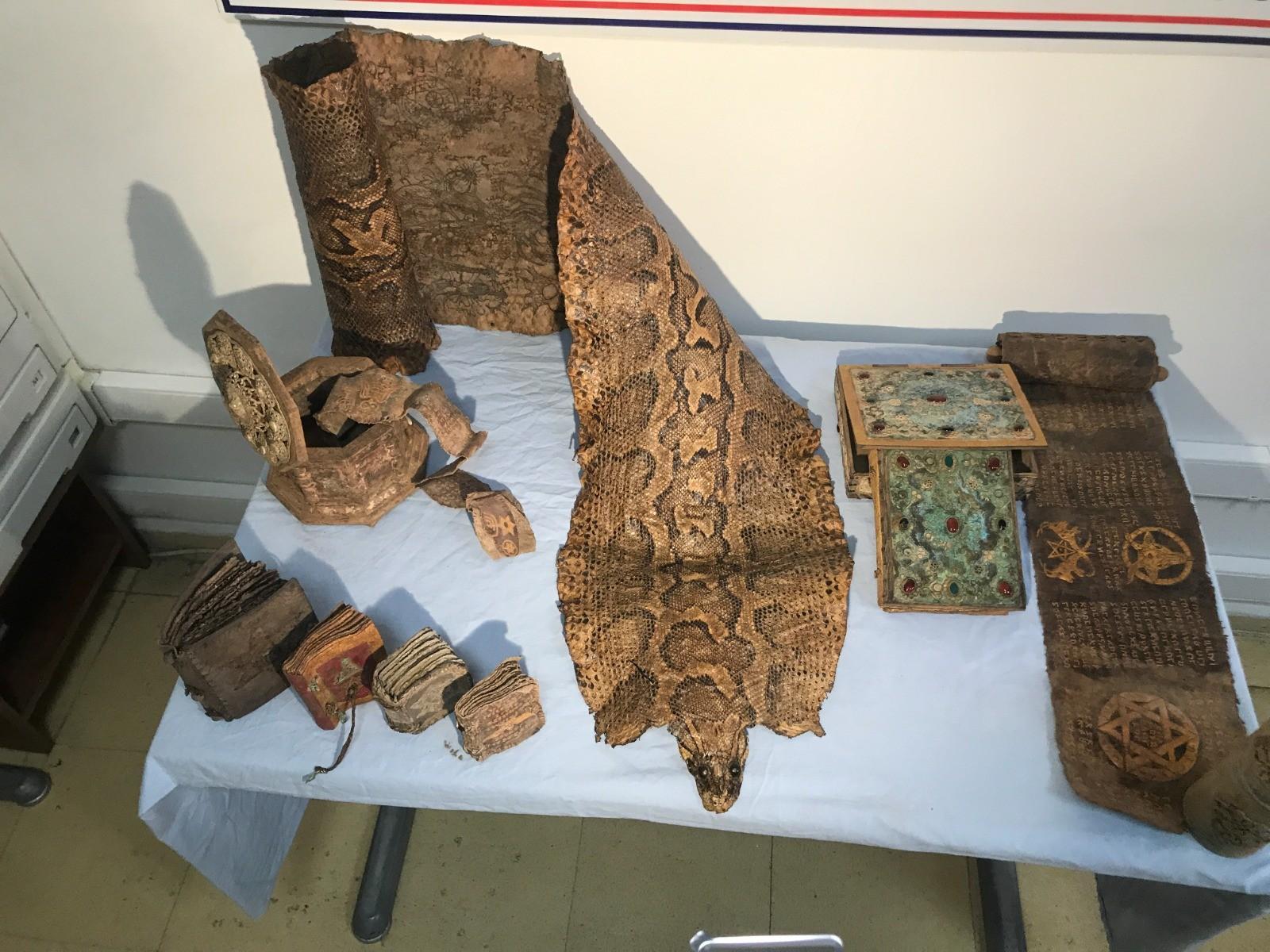 Şanlıurfa'da Ortaçağ'a ait Mısır kökenli işlemeli piton derisi ele geçirildi