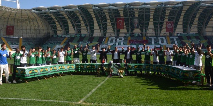 Akhisarspor kadrosuna kattığı 26 futbolcuyu basına tanıttı