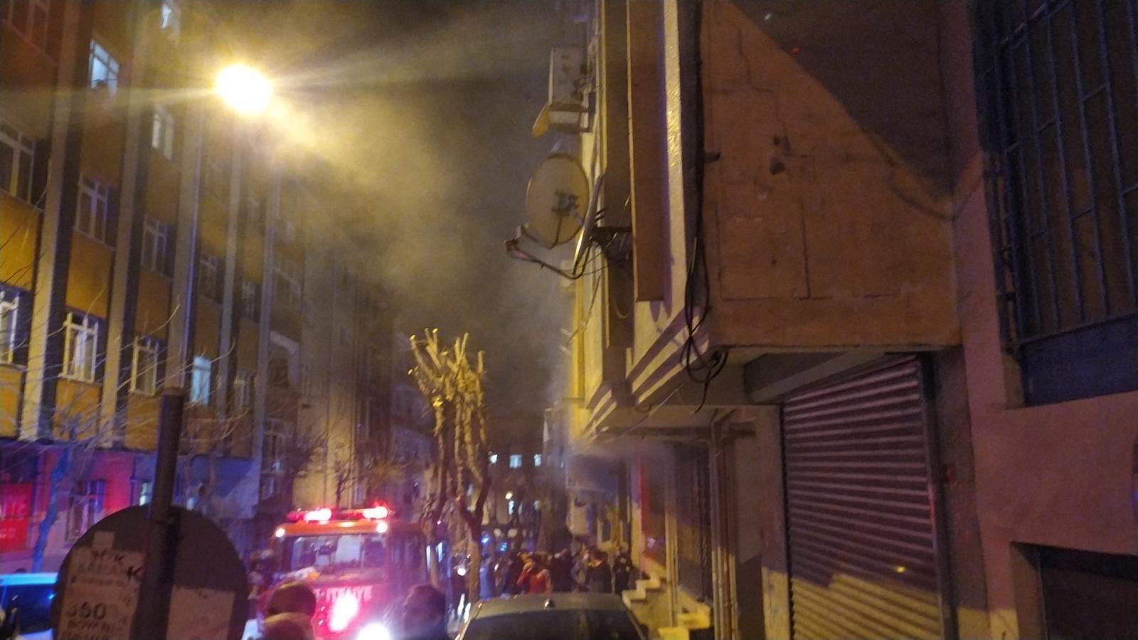Esenler'de korkutan yangın: Mahsur kalan 30 kişi tahliye edildi