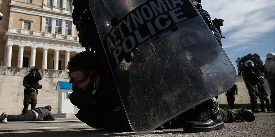 Yunanistan'da üniversite öğrencileri, hükümetin 'kampüs polisi' tasarısına karşı sokakta