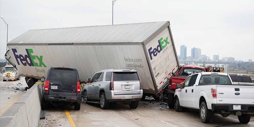 Teksas'ta 70 araç birbirine girdi: 5 Ölü