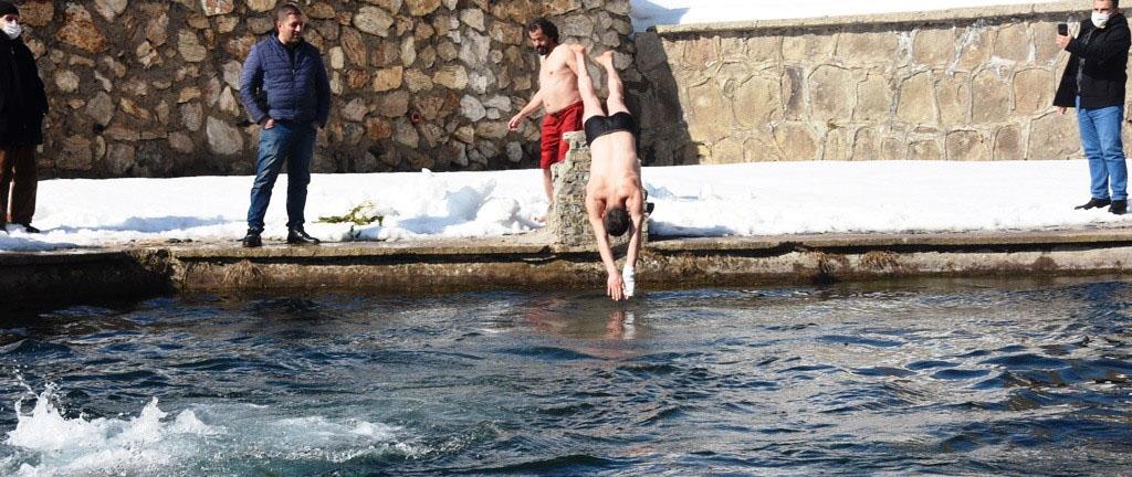 Buz gibi havada suya girip yüzdüler