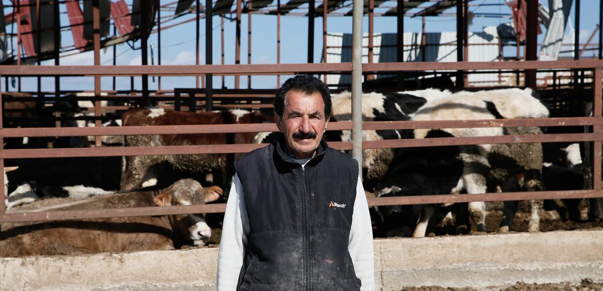Çeşmeli çoban, hortumda çatısı yıkılan evdeki ailesinin ve çiftlikteki hayvanların yardımına koştu