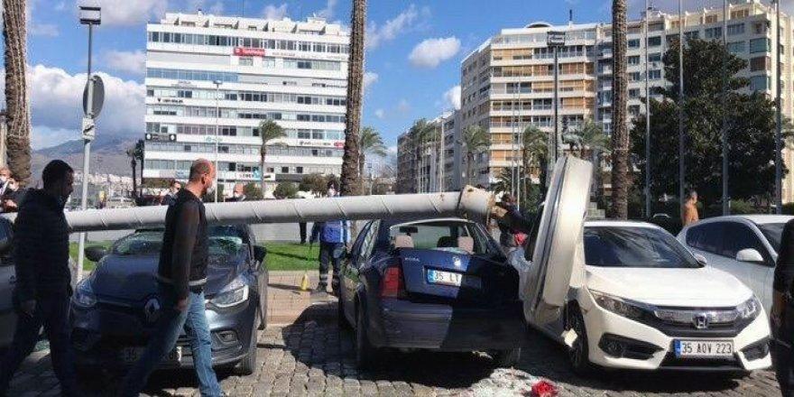 İzmir'de faciadan dönüldü: Dev aydınlatma direği 5 aracın üzerine devrildi