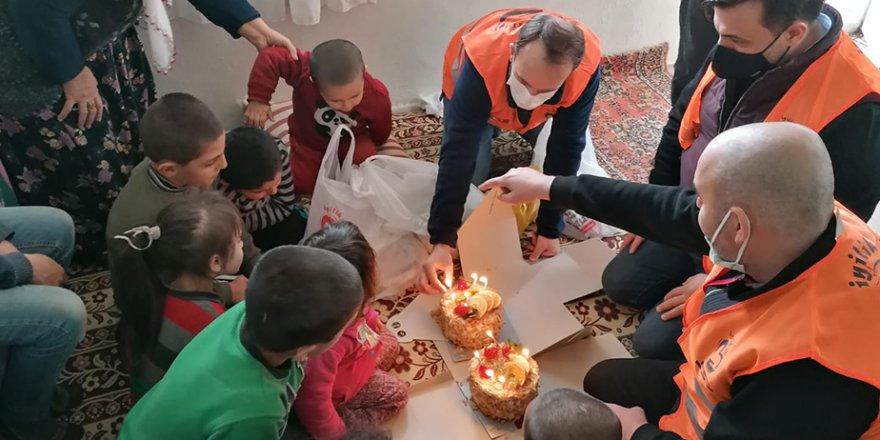 İyilik İçin Derneği'nden kısıtlamada çocuklara doğum günü sürprizi