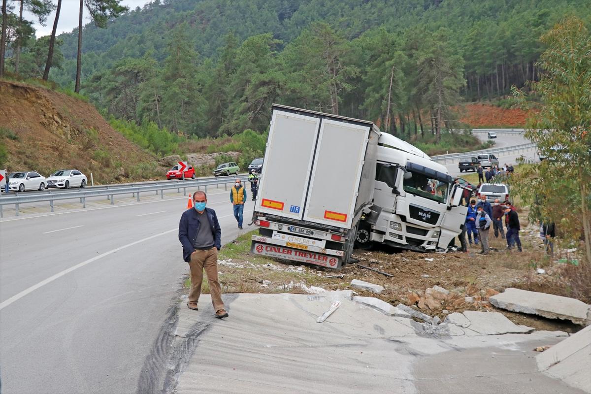 Fethiye'de yoldan çıkan tırın sürücüsü yaşamını yitirdi